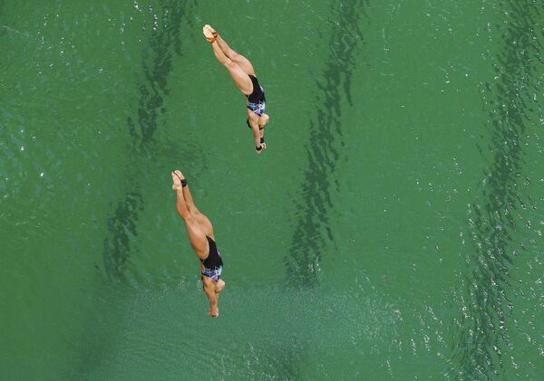 Прыжки в воду 10 м, синхронный трамплин. Малазийские спортсменки Чонг Юн Хун и Панделела Ринонг - Sputnik Азербайджан