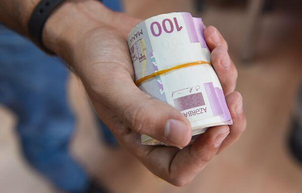 Серии 2005, 2009 и 2017-2018 годов решены в стилистике, сходной с банкнотами евро образца 2002 года (кроме банкноты номиналом 200 манат), а банкноты образца 2020-2021 годов — в стилистике, сходной с серией банкнот евро образца 2013 года (наиболее заметное сходство - расположение номинала на аверсе). - Sputnik Азербайджан