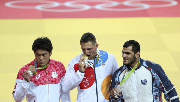Дзюдо. Церемония награждения. Справа налево: Эльмар Гасымов, Лукас Крпалек (Чехия) и Рюносукэ Хага (Япония) - Sputnik Азербайджан