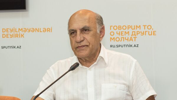 Политолог Фикрет Садыхов на заседании Клуба политологов - Sputnik Азербайджан