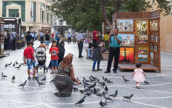 Арабские туристы на одной из центральных улиц Баку - Sputnik Азербайджан