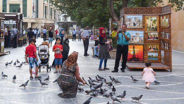 Туристы на улицах Баку, фото из архива - Sputnik Азербайджан