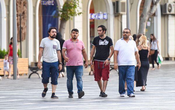 Арабские туристы прогуливаются по Площади фонтанов в Баку - Sputnik Азербайджан
