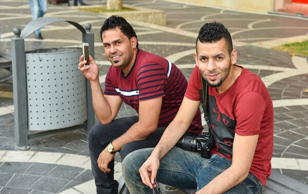 Молодые арабы отдыхают в центре Баку - Sputnik Азербайджан