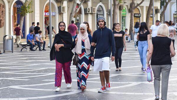 Молодая арабская пара на Торговой улице в Баку - Sputnik Азербайджан