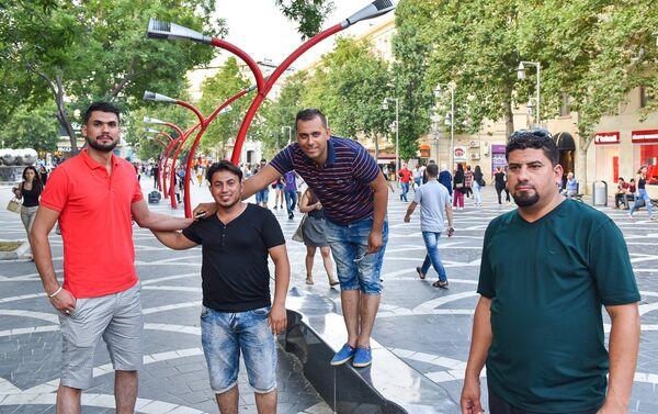 Молодые арабы на Площади фонтанов в Баку - Sputnik Азербайджан