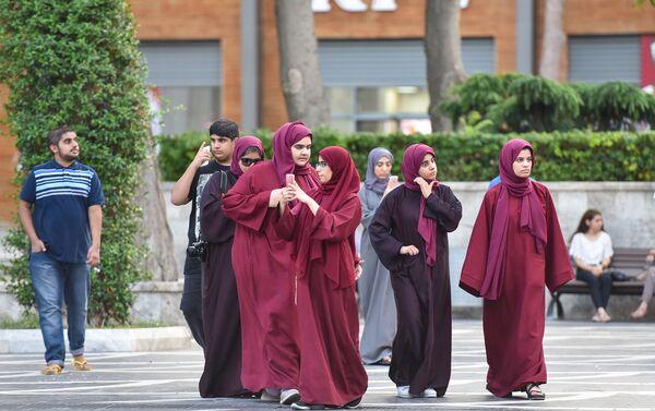 Юные арабки в хиджабах в Баку - Sputnik Азербайджан