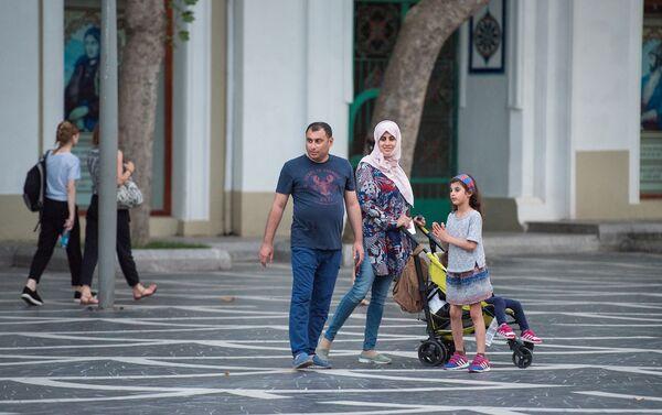 Арабская семья в центре Баку - Sputnik Азербайджан