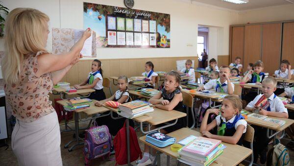 Ученики 3-го класса на уроке - Sputnik Азербайджан
