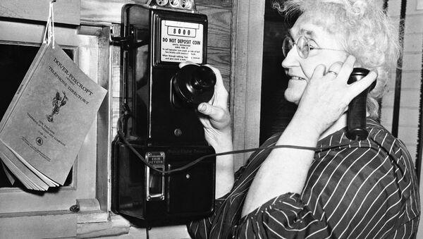 Женщина говорит по телефону. США, штат Мэн, город Рипли. 24 июля 1948 года - Sputnik Азербайджан