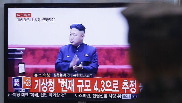 Южнокорейский солдат смотрит на экране телевизора выступление лидера Северной Кореи Ким Чен Ына. Сеул, 6 января 2016 года - Sputnik Азербайджан