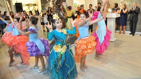 Танцевальный номер детей в Музее Современного Искусства. Баку, 25 мая 2014 года - Sputnik Азербайджан