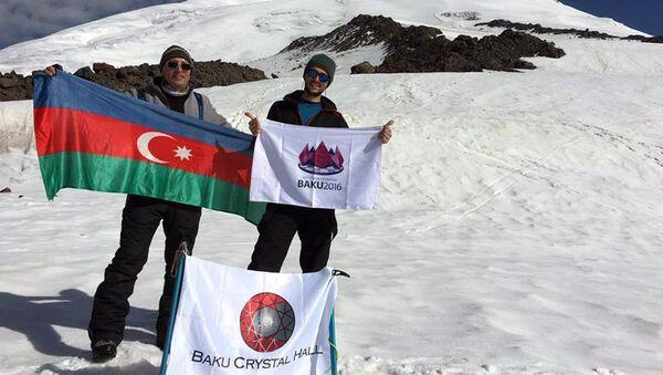 Технический директор Baku Cristal Hall Эльчин Мамедов и директор компании R-Com Турал Мамедов на вершине Эльбруса - Sputnik Азербайджан
