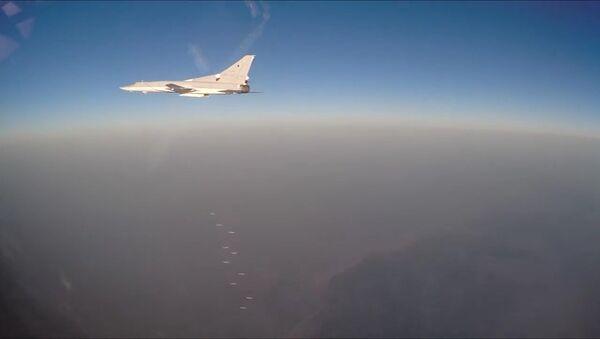 Российские бомбардировщики атакуют террористов в Сирии - Sputnik Азербайджан