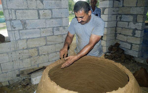 Захид Акберов не только делает тендиры, он также занимается гончарным ремеслом - Sputnik Азербайджан