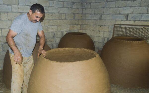 Мастер Акберов говорит, что для изготовления тендира ему необходимо полкубометра глины и 20 килограммов речного песка - Sputnik Азербайджан