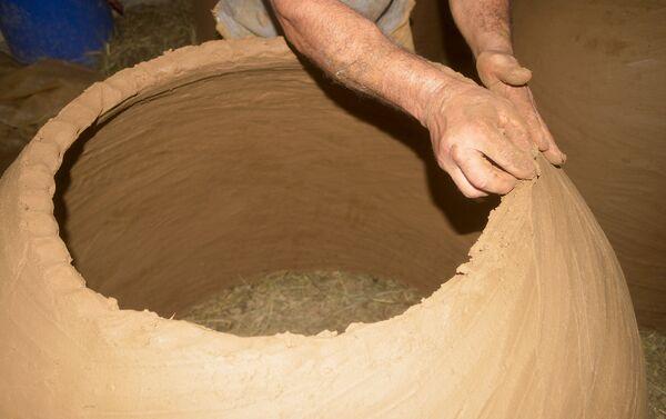 Глину и песок смешиваем с водой, затем в течение 1-1,5 часов размельчаем смесь ногами или руками- говорит мастер - Sputnik Азербайджан