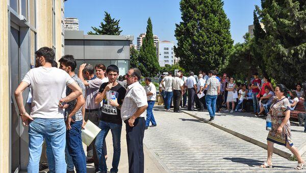 Beynəlxalq Bankın Mətbuat filialı qarşısında növbə - Sputnik Азербайджан