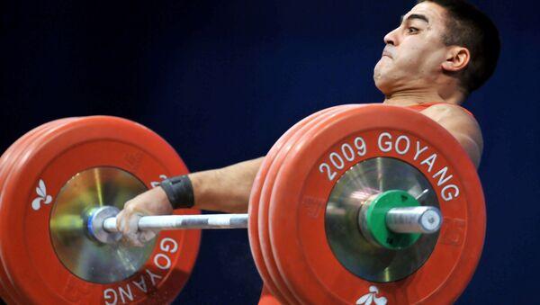 Тяжелоатлет Низами Пашаев на Чемпионате мира по тяжёлой атлетике. Южная Корея, городе Коян. 27 ноября 2009 года - Sputnik Азербайджан