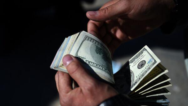 Пересчитывание долларов, архивное фото - Sputnik Азербайджан