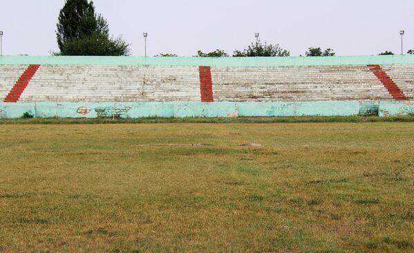 Futbol meydançasındakı ot örtüyü və tribunaların ümumi görüntüsü - Sputnik Azərbaycan