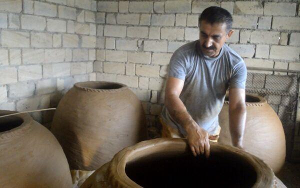 После изготовления тендир сушится 15 дней, а затем его прокаливают на 800-градусном огне - Sputnik Азербайджан