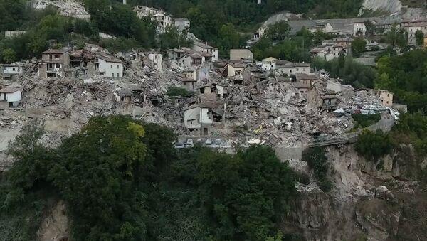 Воздушная съемка разрушений, вызванных землетрясением в Италии - Sputnik Азербайджан