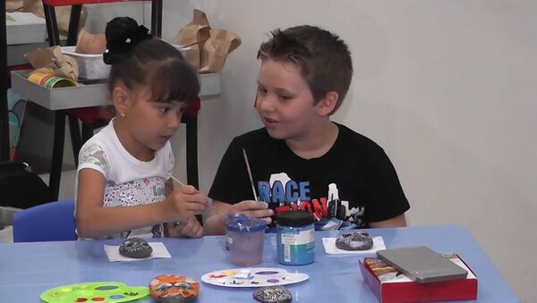 Полезные выходные в Баку: дети создают картины из камней - Sputnik Азербайджан
