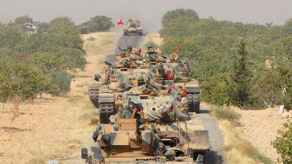 Танки ВС Турции продвигаются в направлении города Джераблус вблизи турецко-сирийской границы. 24 августа 2016 года - Sputnik Азербайджан
