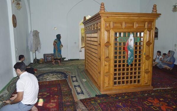 Существуют другие предположения, согласно которым похороненный в этом мавзолее человек – внук седьмого из двенадцати почитаемых шиитами имамов Мусы аль-Кязыма - Sputnik Азербайджан