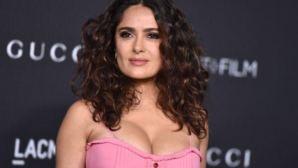 Мексикано-американская актриса, режиссер, продюсер и певица Сальма Хайек - Sputnik Азербайджан