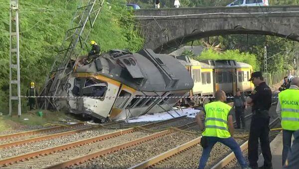 Пассажирский поезд сошел с рельсов в Испании. Съемка с места ЧП - Sputnik Азербайджан