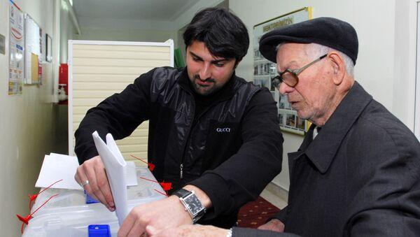 Люди голосуют на референдуме в Баку. 18 марта 2009 года - Sputnik Азербайджан