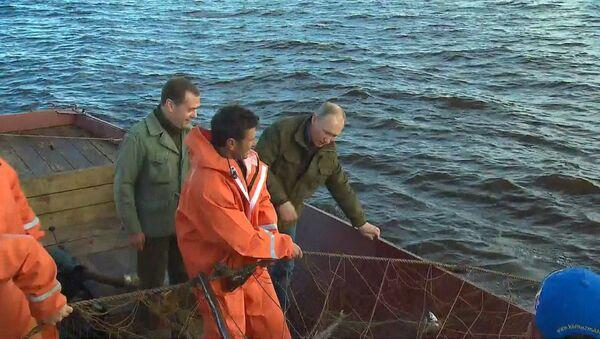Путин и Медведев прошли на катере по озеру Ильмень и отведали рыбацкой ухи - Sputnik Азербайджан