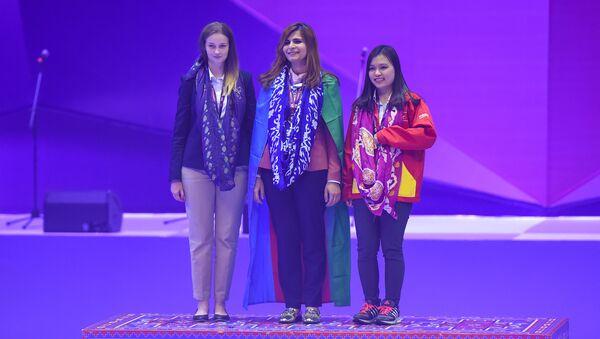 Награждение победительниц на церемонии закрытия 42-й Всемирной шахматной олимпиады - Sputnik Азербайджан