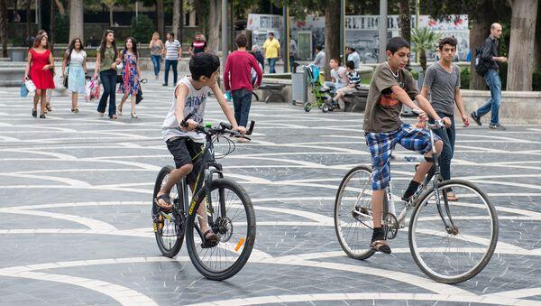 Мальчики на велосипедах на Площади фонтанов в Баку - Sputnik Азербайджан