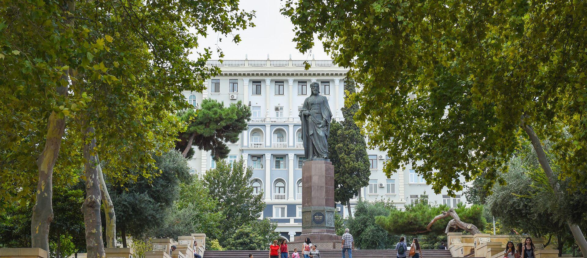 Памятник великому поэту Низами Гянджеви в Баку - Sputnik Азербайджан, 1920, 07.04.2021