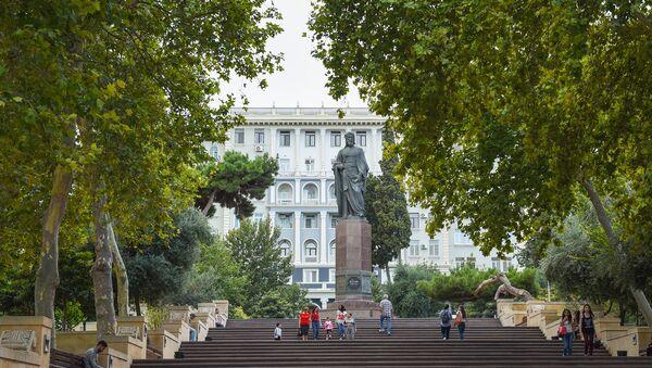 Памятник великому поэту Низами Гянджеви в Баку - Sputnik Азербайджан