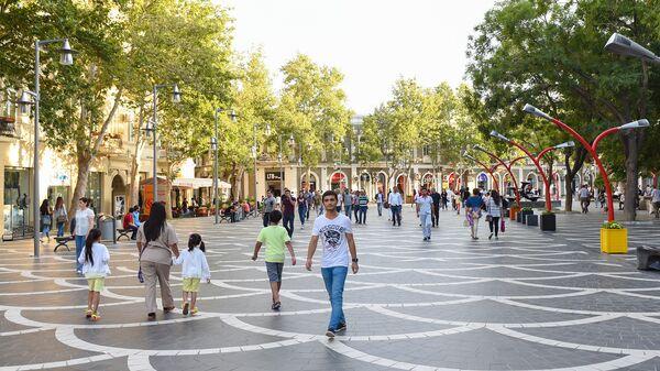 Люди на Площади фонтанов в Баку - Sputnik Азербайджан