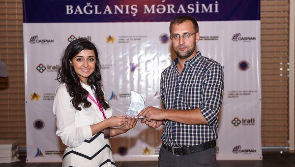 Нармин Сейидова, менеджер по связям с общественностью Федерации парусного спорта вручает награду сотруднику Sputnik Азербайджан - Sputnik Азербайджан