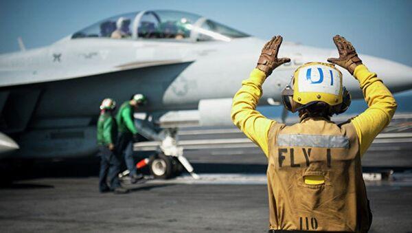 Американский самолет готовится к боевому вылету. Архивное фото - Sputnik Azərbaycan
