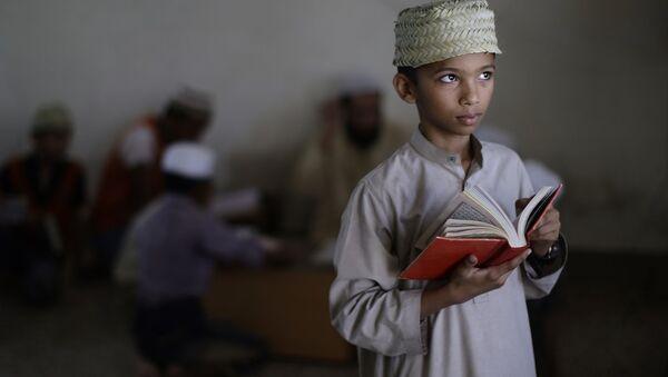 Мальчик с Кораном в руке. Архивное фото - Sputnik Азербайджан