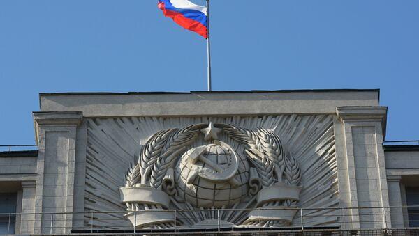 Флаг на здании Государственной Думы РФ на улице Охотный Ряд в Москве - Sputnik Азербайджан