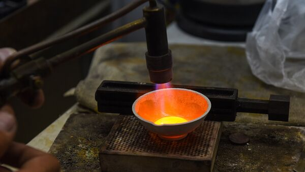Процесс плавки золота - Sputnik Азербайджан