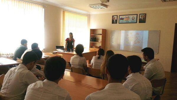 Творческий урок, посвященный русскому художнику К.Коровину, прошел в школе № 56 города Баку - Sputnik Азербайджан