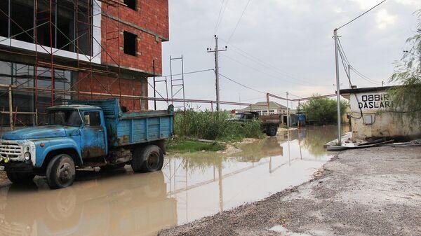 Затопленная в результате дождей улица в Баку, фото из архива - Sputnik Азербайджан