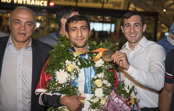 Азербайджанские паралимпийцы вернулись домой – встреча в аэропорту - Sputnik Азербайджан