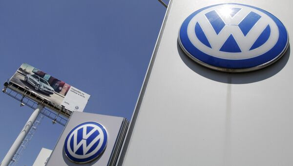The logo of German carmaker Volkswagen is seen at the Volkswagen (VW) automobile manufacturing plant in Puebla near Mexico City September 23, 2015 - Sputnik Azərbaycan