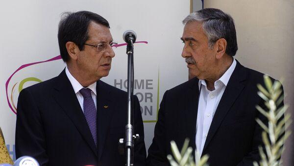 Переговоры между президентом Республики Кипр Никосом Анастасиадисом и главой ТРСК Мустафой Акынджи при посредничестве ООН - Sputnik Азербайджан