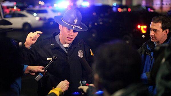 Полицейский на месте стрельбы в Берлингтоне, штат Вашингтон. Архивное фото - Sputnik Азербайджан